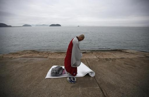 638226-buddhist-monk-prays-for-missing-passengers-who-were-on-south-korean-ferry-sewol-which-sank-in-sea-of