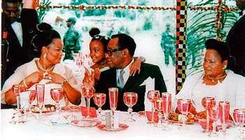Mobutu avec ses 2 femmes jumelles (Bobi à gauche et Kosia à gauche)